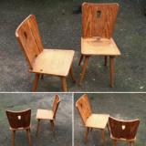 Două scaune vechi din lemn